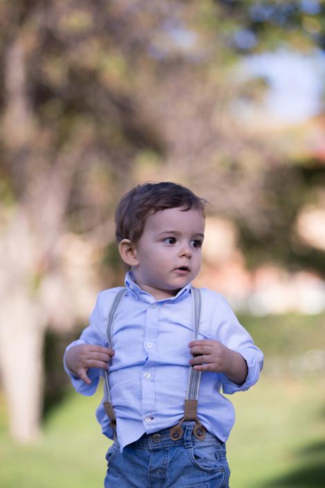 Niño con tirantes