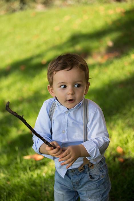 Niño jugando con palo