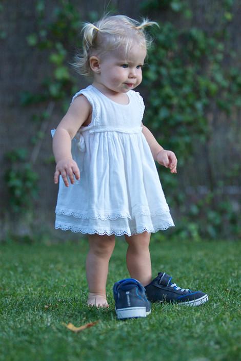 Niña con zapatos