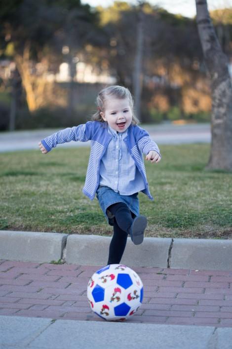 Niña jugando balón